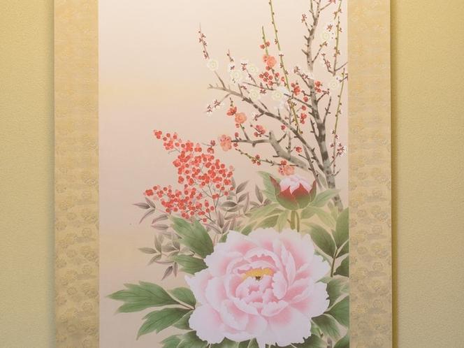 床の間には四季の花々の掛け軸が掛けられています