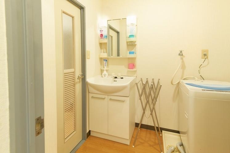 独立洗面台、脱衣室です。洗濯機、スライド式タオル掛け