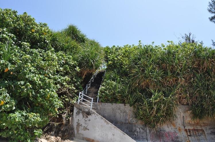 希望が丘ビーチ(駐車場への階段)