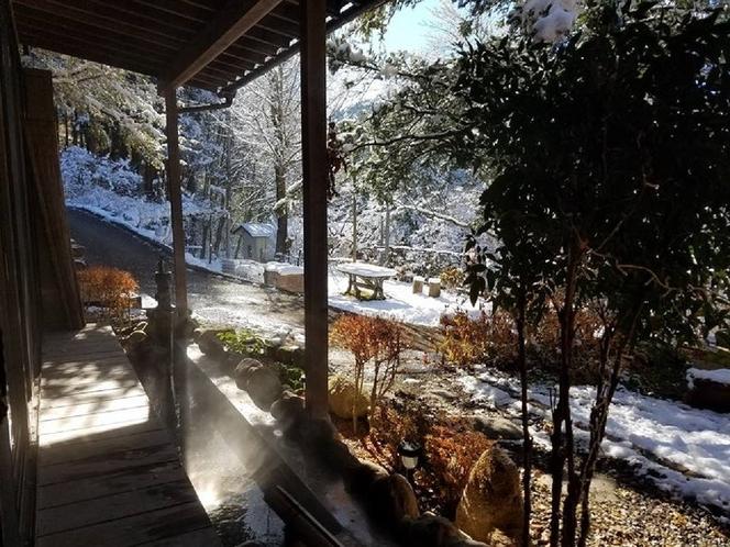足湯と雪景色