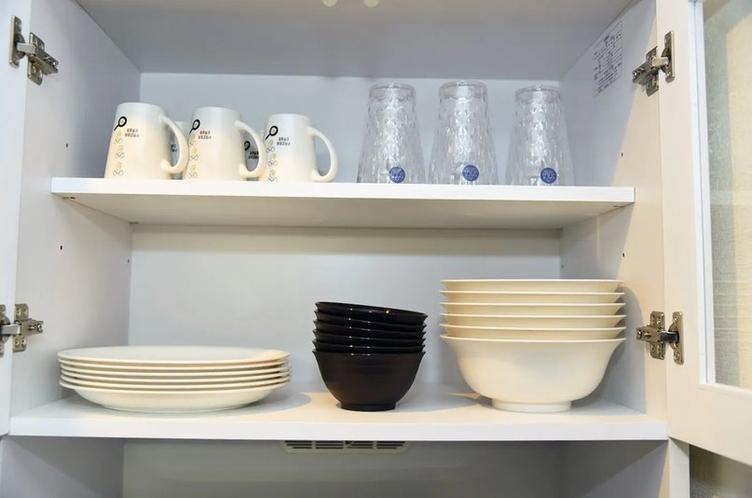 戸棚に食器類あります