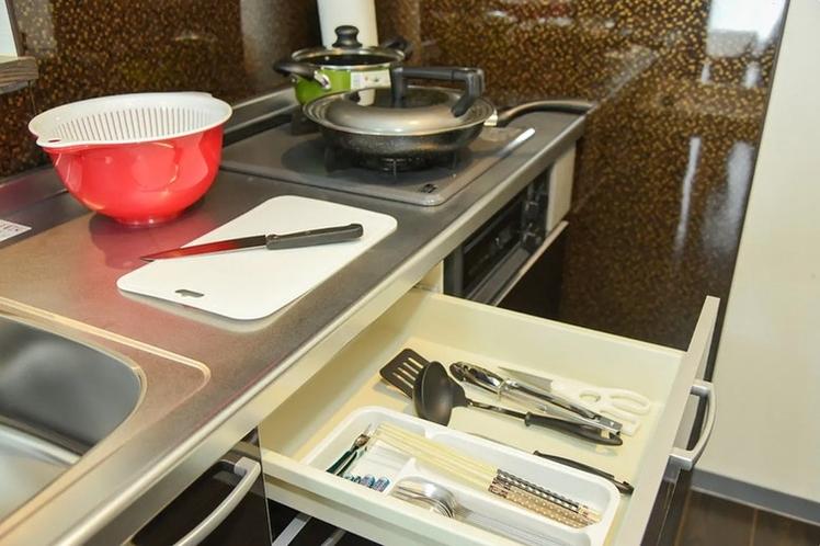 引き出しに調理用具あります