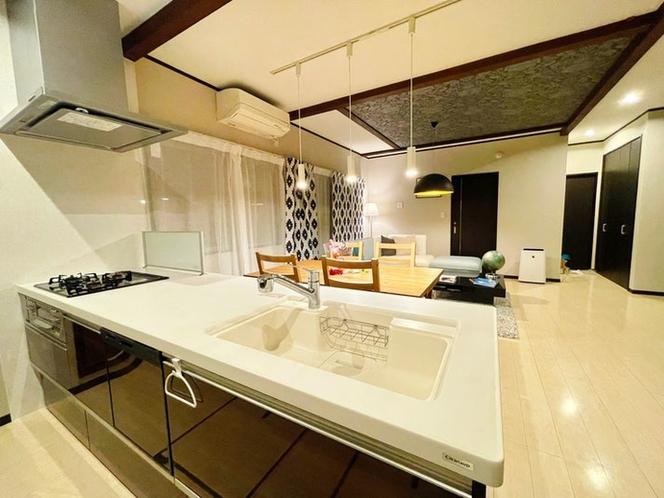 食洗機、3口コンロ、冷蔵庫や電子レンジなどの家電完備