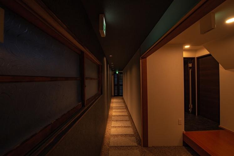 玄関ホール(夜)