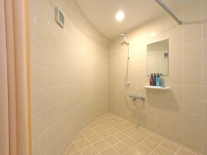 ゆったりとしたシャワールーム。※バスタブはありません。