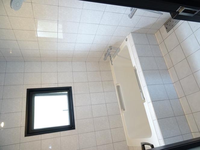 清潔感のあるタイル貼りの浴室
