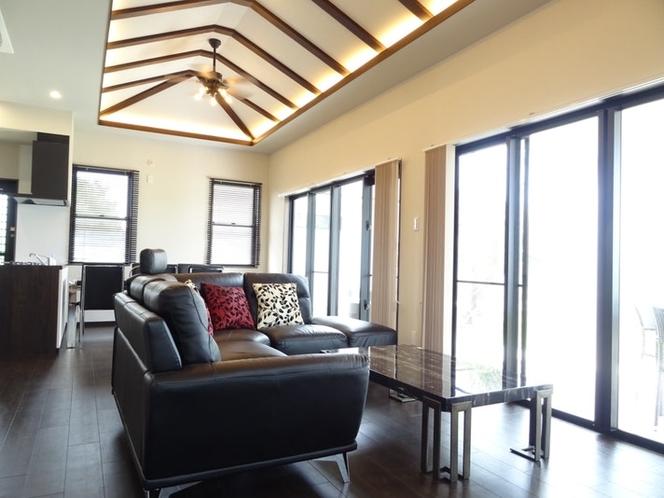 (Villa-1室内)天井が高く窓が多い開放感のあるリビング
