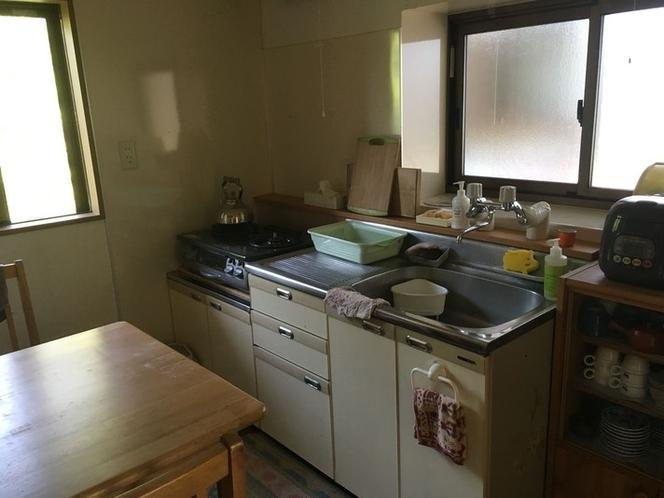 キッチン。最低限必要な調理器具が揃っています。冷蔵庫あり。