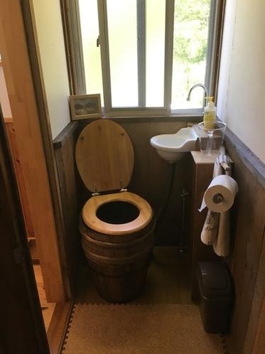 小専用の手作り水洗トイレです。