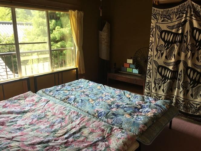 部屋1 ベッド2台あり。