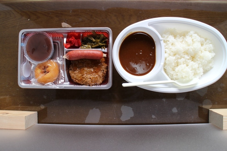 白雲荘:夕食ハンバーグ入りカレーライス