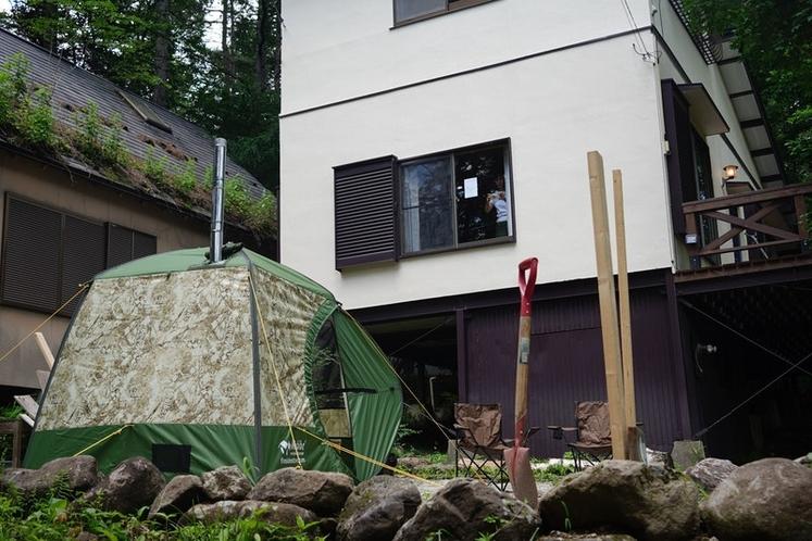 庭にはキャンプスペースがあり、テントやタープも設置可能