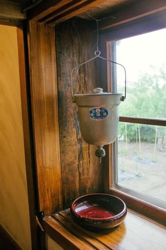 昔ながらのお手洗い器