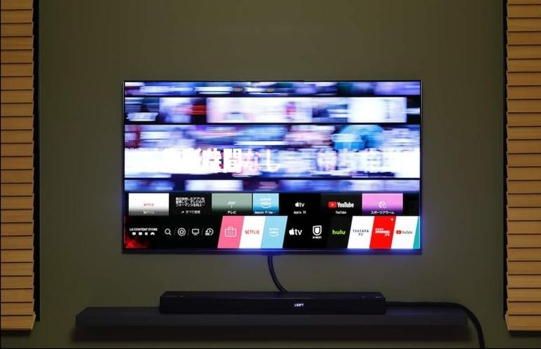 大画面有機EL TVにはサラウンドスピーカー装備で、迫力あるサウンドをお楽しみ下さい