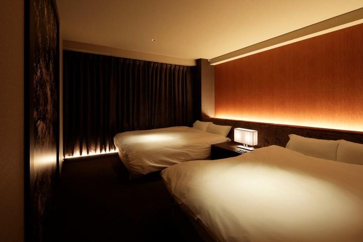 ダブルベッド2台の寝室1