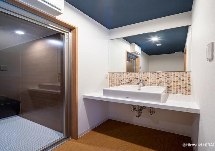 清潔感溢れる洗面台は女性にうれしい大きな鏡付です