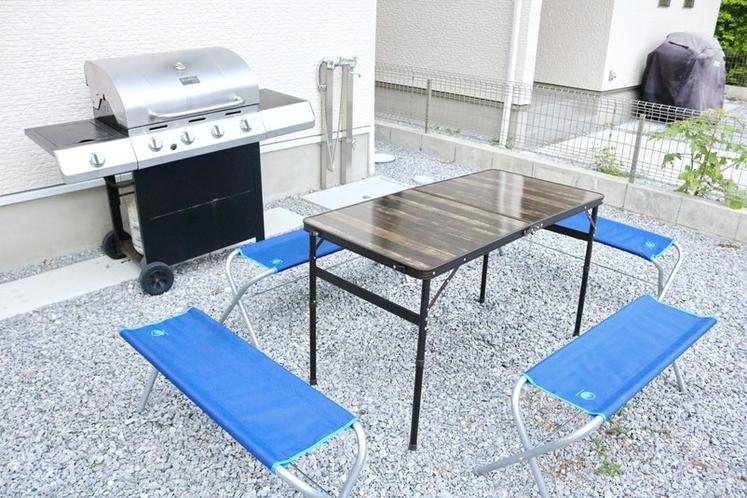BBQ台、テーブル、イスは無料で貸出ています。BBQは木炭タイプです。