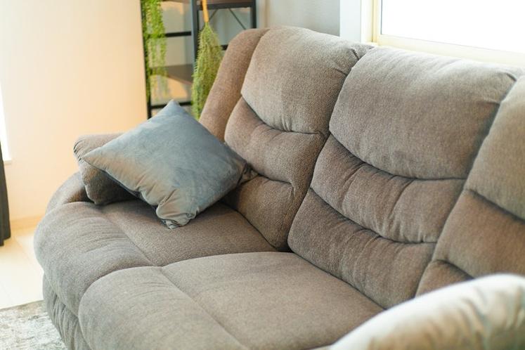 リクライニングするソファーでゆったりくつろげます。