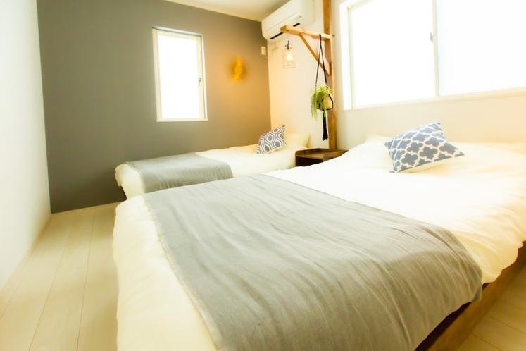 セミダブル1台、シングル1台の寝室となります