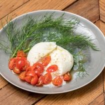 ブッラータチーズとトマトのカプレーゼ