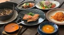 秋のシェフおすすめディナー 魚料理:金目鯛のオリーブオイル焼き、館山産新米とナスのピラフ添え