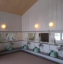 【温泉大浴場】シャワーは5つ設置しております