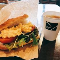 朝食:小林ゴールドエッグのサンドイッチ(コーヒー付)