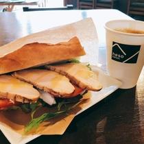 朝食:阿波尾鶏スモークのサンドイッチ(コーヒー付)