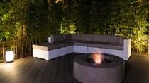 【ウッドデッキ】玄関前のウッドデッキには暖炉を設置、 冬は暖まりながら星空を眺めていただけます。