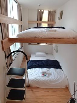 2段ベッド ツインルーム 共用トイレ&シャワー