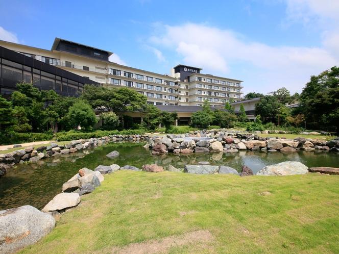本館と純石庭日本庭園