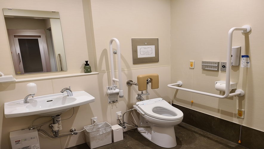 1F ユニバーサルデザイントイレ