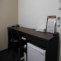 客室 デスク 冷蔵庫と備品