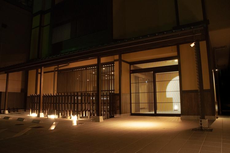 正面玄関(夜景)