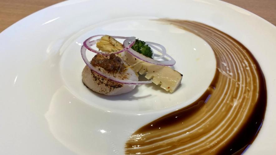 【前菜一例】ホタテの炙り タプナード バルサミコ