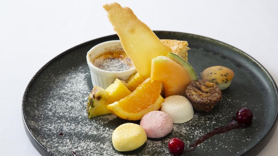 【デザート一例】手作りデザートとフルーツの盛り合わせ