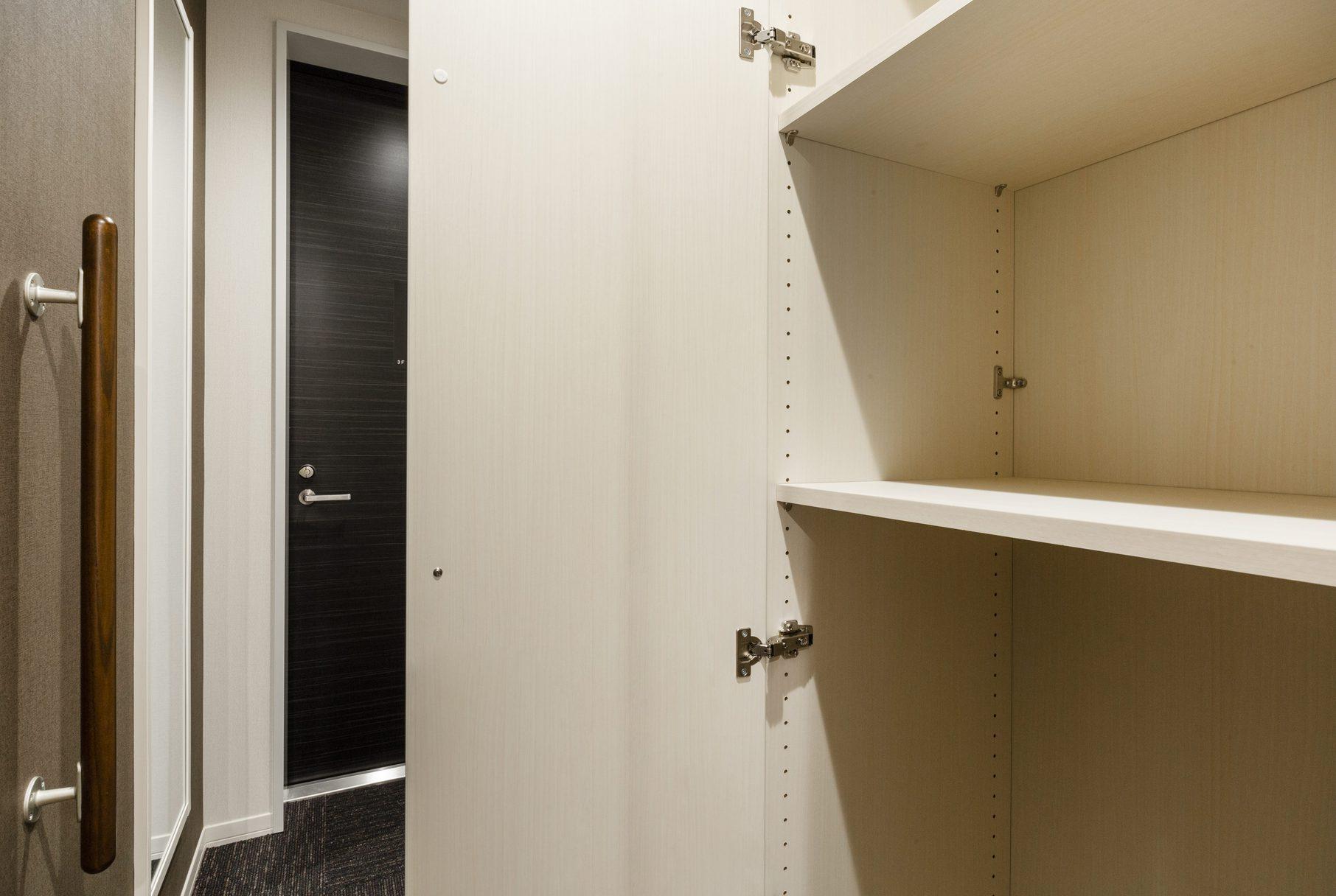 201号室 玄関横クロ−ゼット