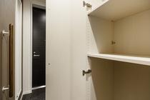 201号室 玄関横クロ-ゼット