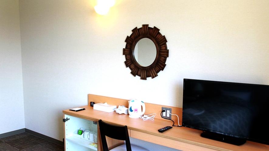 【客室一例】全室薄型テレビやデスクなどを設置