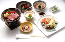 地元食材を使用したご夕食。季節によりメニューを変更します。写真はイメージ。