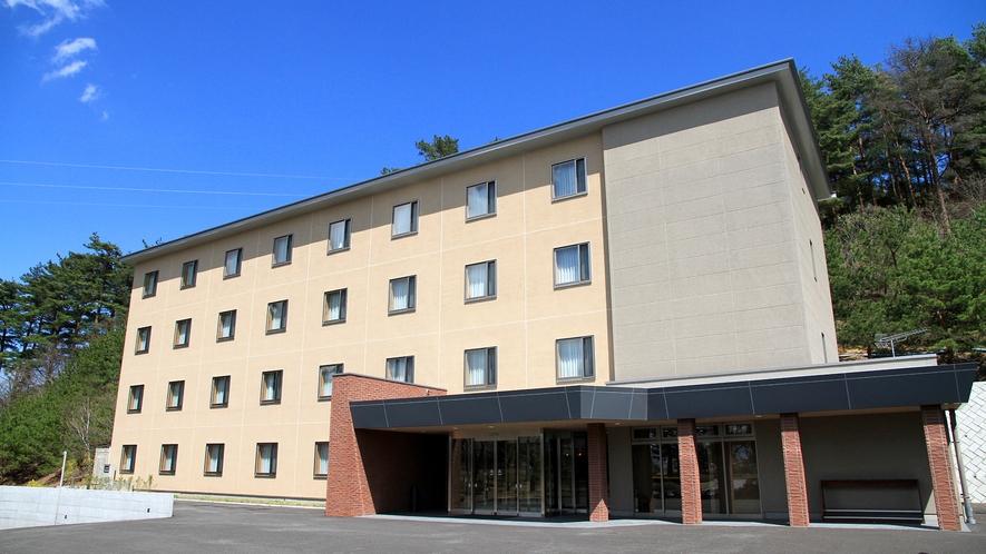 ・【外観】八ヶ岳と南アルプスに囲まれたゴルフ場に隣接するホテル