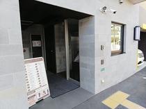 1階駐車場側玄関口