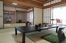 純和室10畳2部屋つづき(合計20畳)と8畳の縁(テーブル・椅子付き)