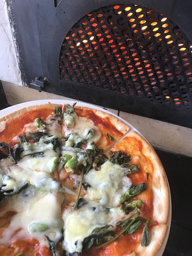 薪オーブンでピザ