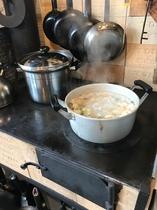 薪のコンロは火力が強いので大きな鍋もOK