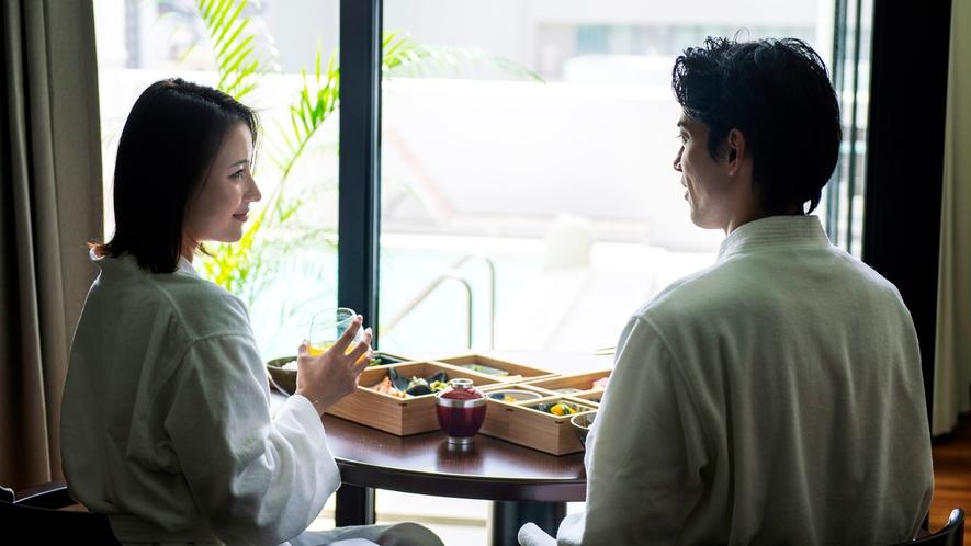 【朝食イメージ】ホテルの楽しみのひとつは誰にも邪魔されず、バスローブ姿でゆっくり味わえる。