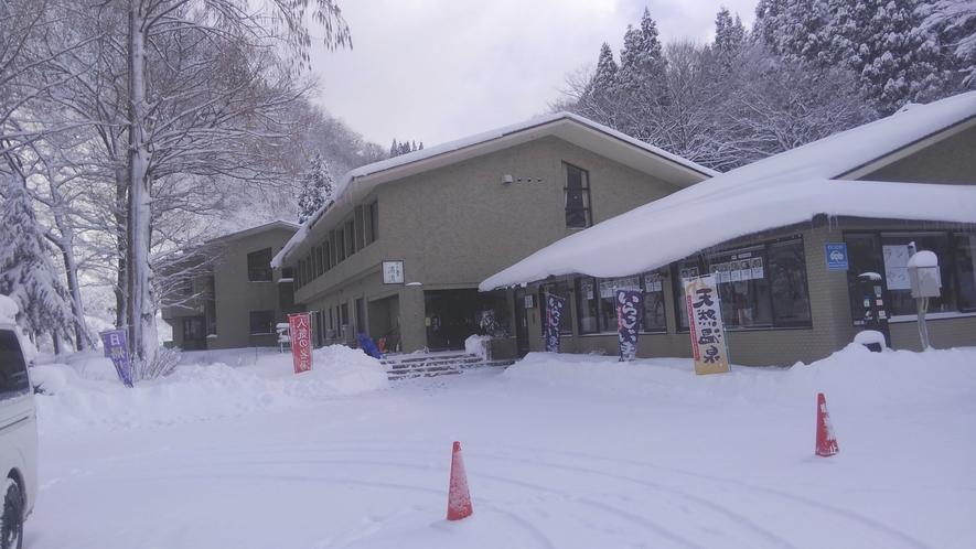 *【外観(冬)】冬は雪が積もり、温泉からは雪見風呂をお愉しみいただけます。