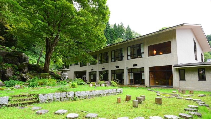 *中庭/日本庭園を模した中庭を散策することもできます。