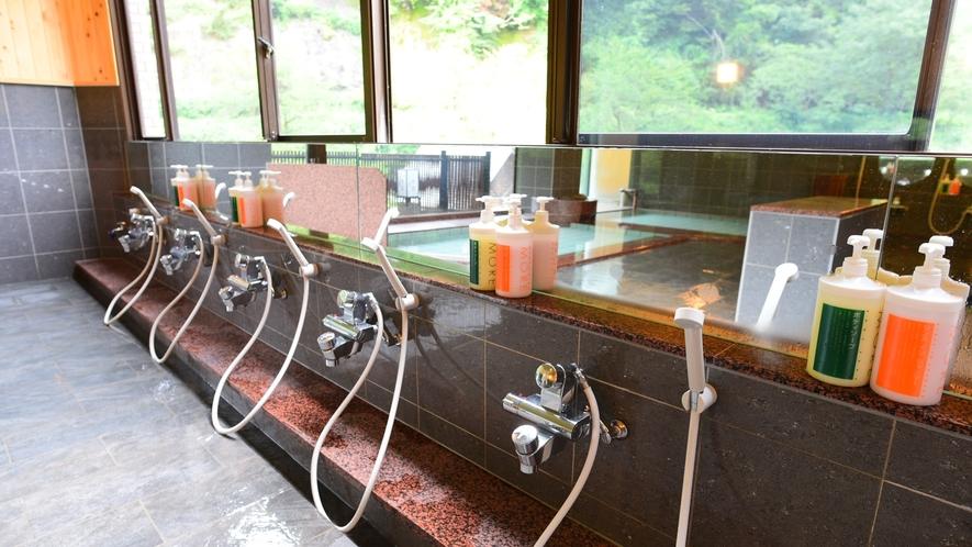 *男湯/シャワーコーナーも広々とした空間です。