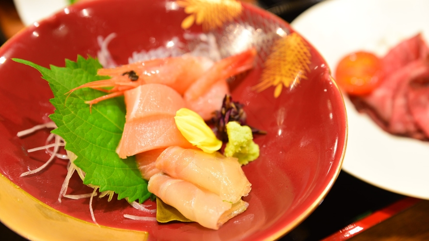 *夕食一例/お刺身の盛り合わせ。何が出るかは季節ごとのお楽しみです。